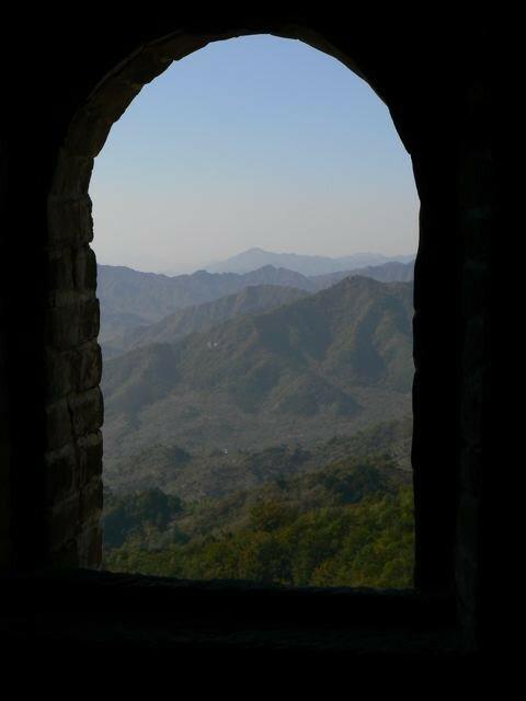 Vue par la fenêtre d'une tour de garde de la Muraille de Chine