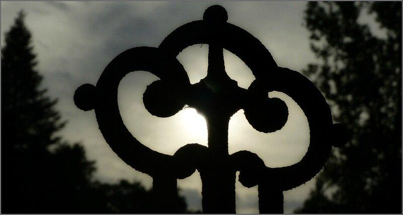 croix sous le soleil couchant