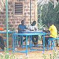 Des étudiants studieux à la bibliothèque du jumelage