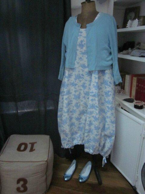 Robe HENRIETTE en coton écru imprimé toile de jouy bleu (3)