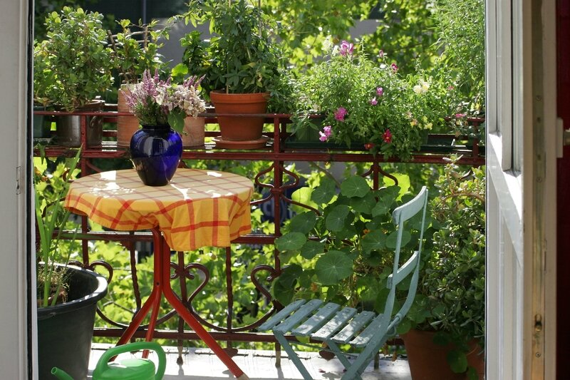 08407416-photo-petit-balcon-fleuri-mobilier