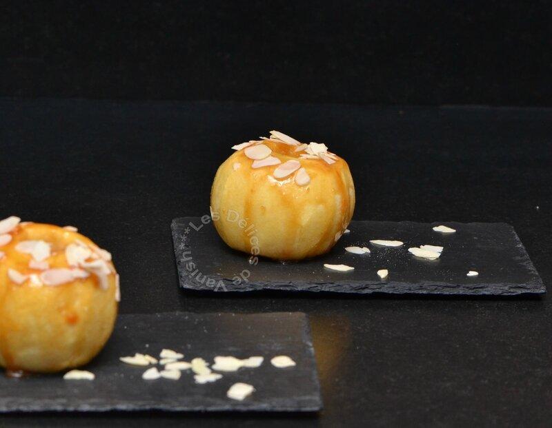pomme au four cuite au miel, fruit d'automne, dessert avec du miel
