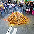 Noix de coco attendant d'être cassées