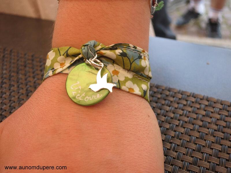 Bracelet double tour médaille en nacre gravée et colombe 15 mm en argent massif - 38 €