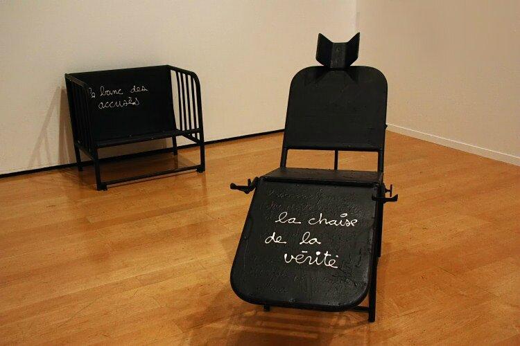 Ben écrit sur une chaise