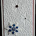 Des flocons embossés ... des touches de métal ... une carte de voeux hivernale !