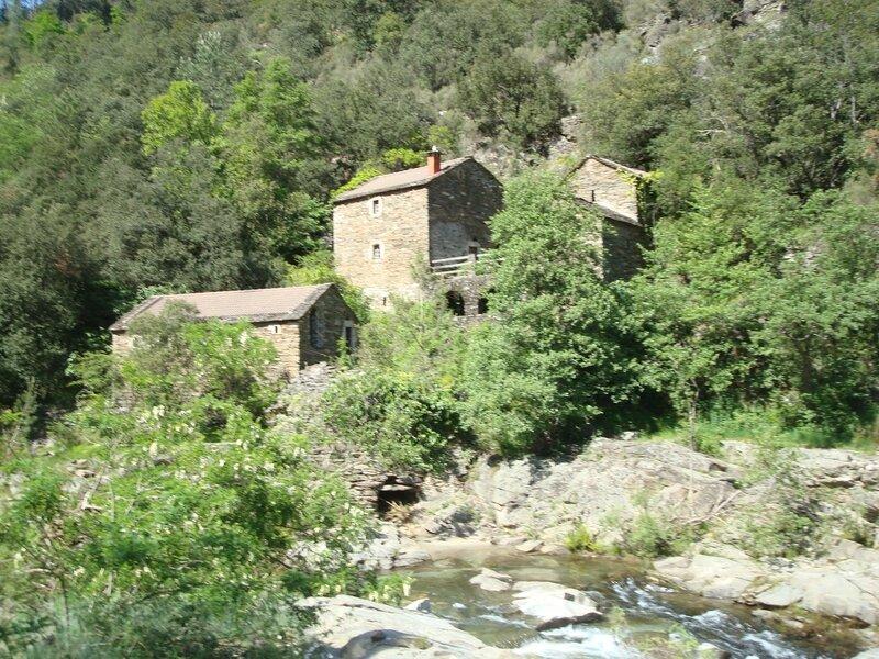 Maisons et rivière (Cévennes, Gard)