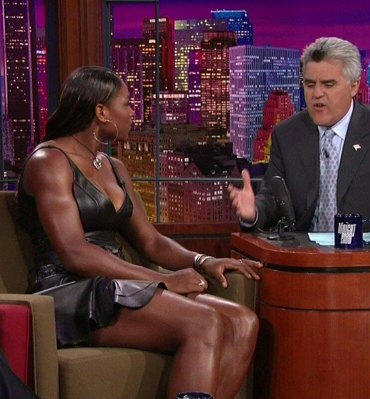 Serena Williams im schwarzen glänzenden Minikleid 1