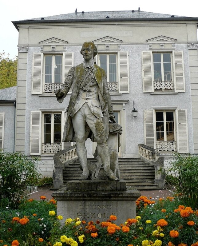 6 Statue d'Etienne Bézout à Nemours (oeuvre de Sanson)