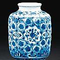 Petit vase en porcelaine bleu blanc à décor de style ming chine, dynastie qing, marque et époque yongzheng (1723-1735) - sotheby