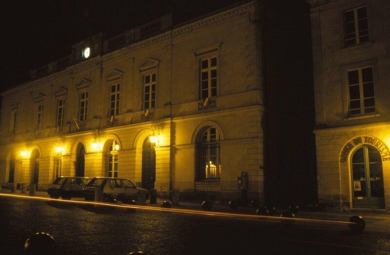 D 93 11 36 La place Raphaël Elizé à Sablé la nuit