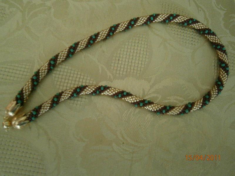 Collier spirale en perles de rocaille au crochet le - Image de rocaille ...