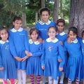 le groupe d'élèves très heureux