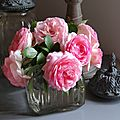 Roses Pierre de Ronsard alanguies dans un gros bocal à biscuits