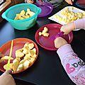 On coupe des petits morceaux de pomme