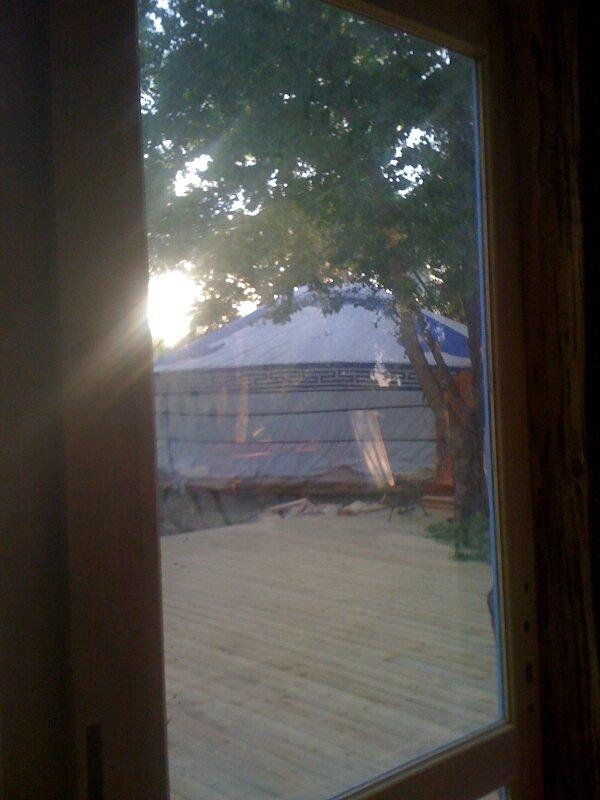 par la fenêtre, en face plonge
