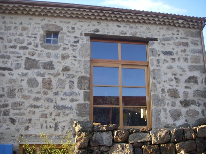 facade sud de la maison avec la baie vitr e et l 39 impost pos et photo de travaux en ardeche. Black Bedroom Furniture Sets. Home Design Ideas
