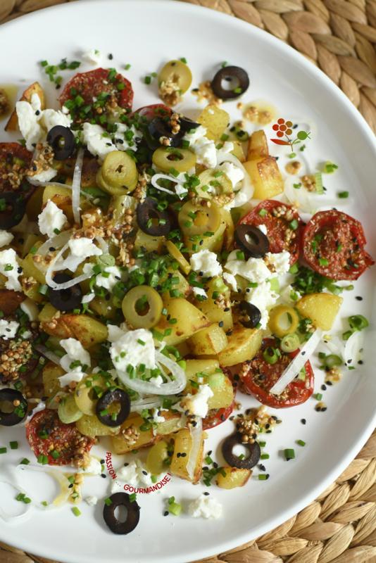 Salade tiède de pomme de terre sautées, tomates confites, feta, olives noire & verte, oignon tige_4