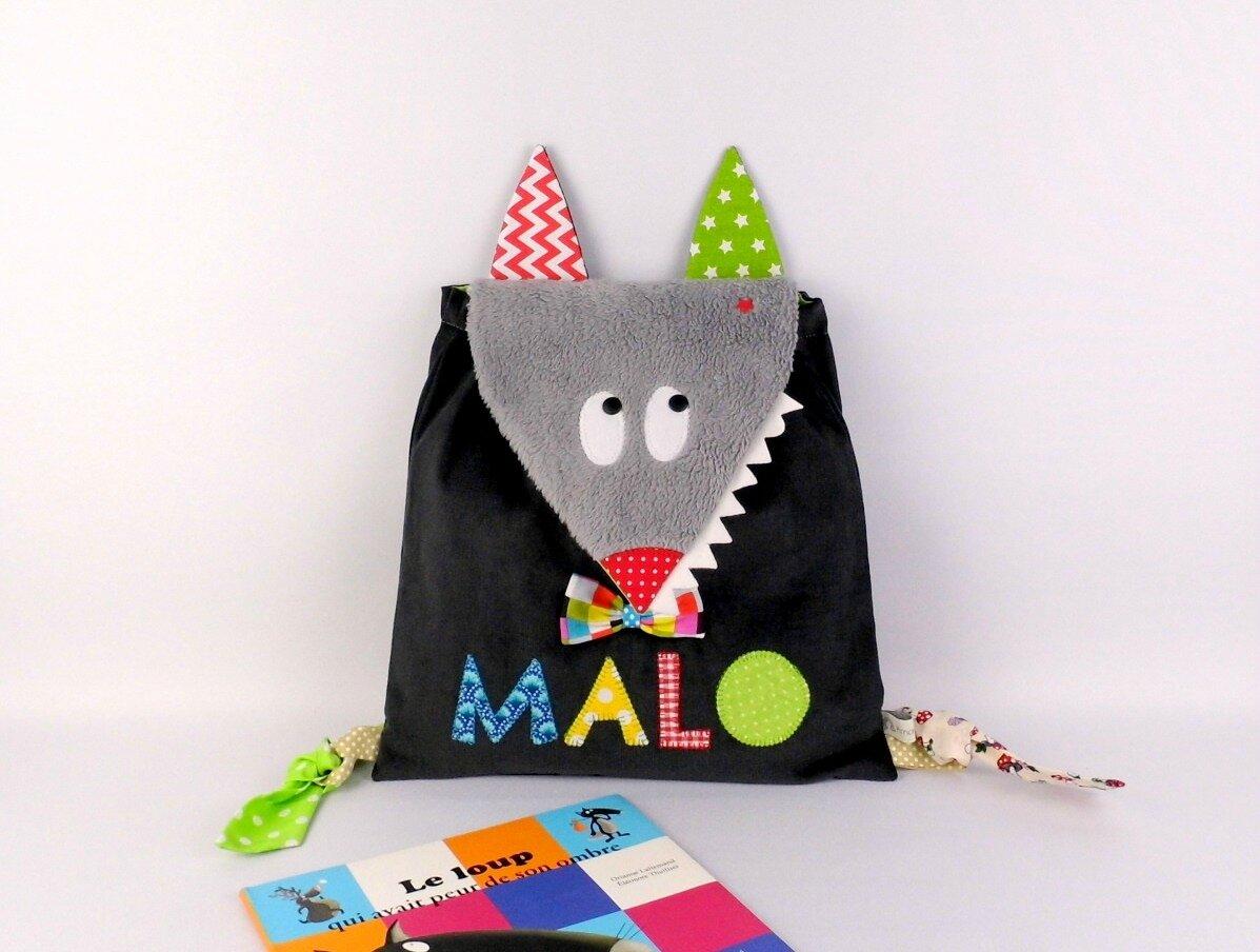 Sac maternelle garçon personnalisé prénom Malo sac à dos loup gris rouge vert bleu école maternelle crèche cadeau anniversaire 3 ans