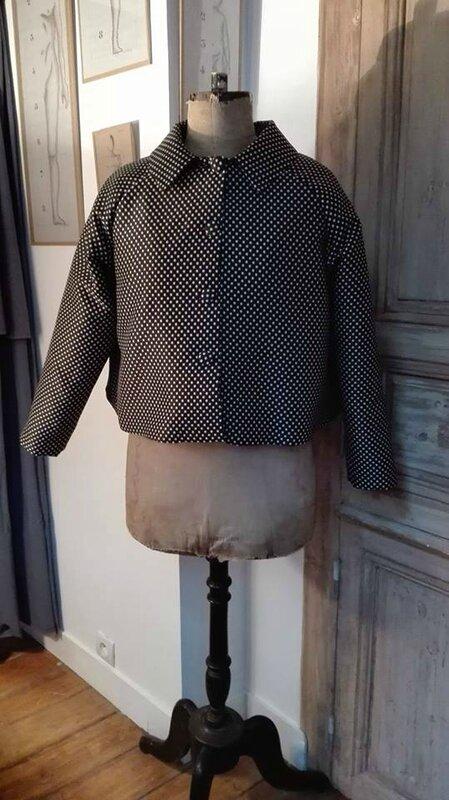Veste VICTORINE en toile polyester noir à pois beige - Doublure de satin noir (2)