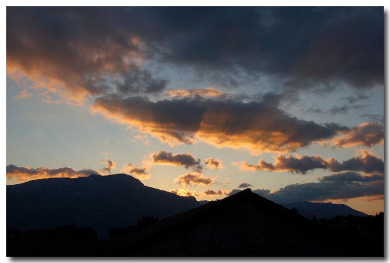 lorsque_le_soleil_glisse_derriere_la_montagne