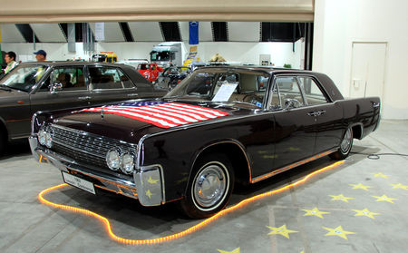 Lincoln_continental_4door_hardtop_sedan_de_1962__RegioMotoClassica_2010__01