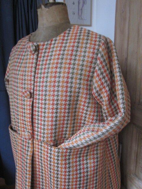 Manteau GISELE en toile polyester imprimé pied de poule kaki et orange - Doublure de satin orange - fermé par 3 pressions dissimulés sous 3 gros boutons recouverts (7)
