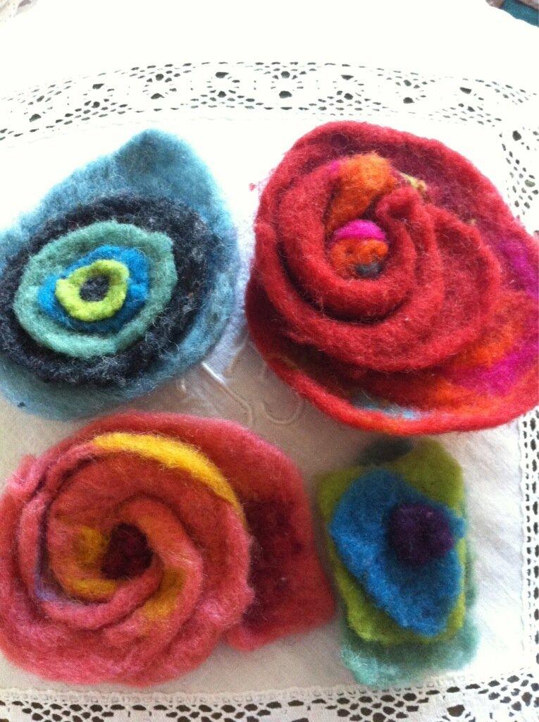 Fleurs en laine cardée
