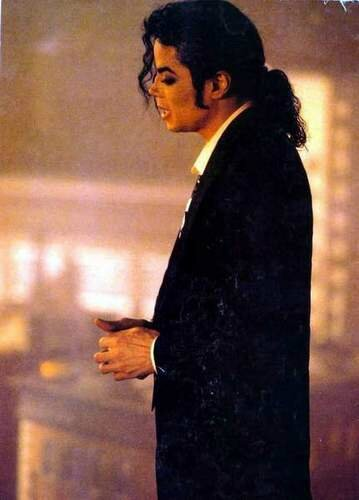 who-is-it-michael-jackson-11116286-359-500