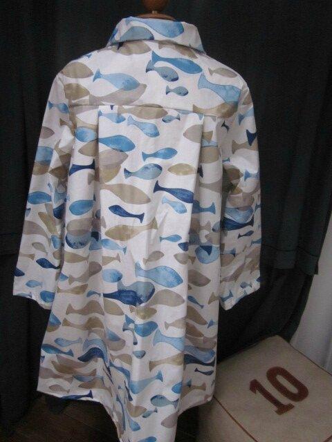 Ciré AGLAE en coton enduit blanc imprimé poissons bleu et beige fermé par 2 pressions dissimulés sous 2 boutons recouverts dans le même tissu (7)