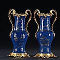 Paire de vases en porcelaine bleue poudrée. chine, époque kangxi (1662-1722) pour la porcelaine. france, vers 1820 pour la montu