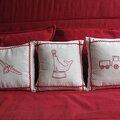 Broderie rouge pour trois coussins