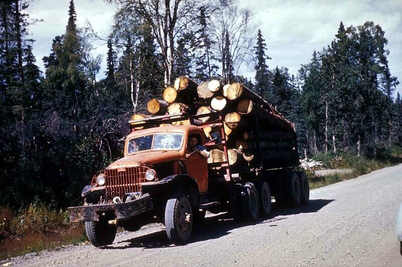 1280px-Logging_truck_with_load_of_saw_logs