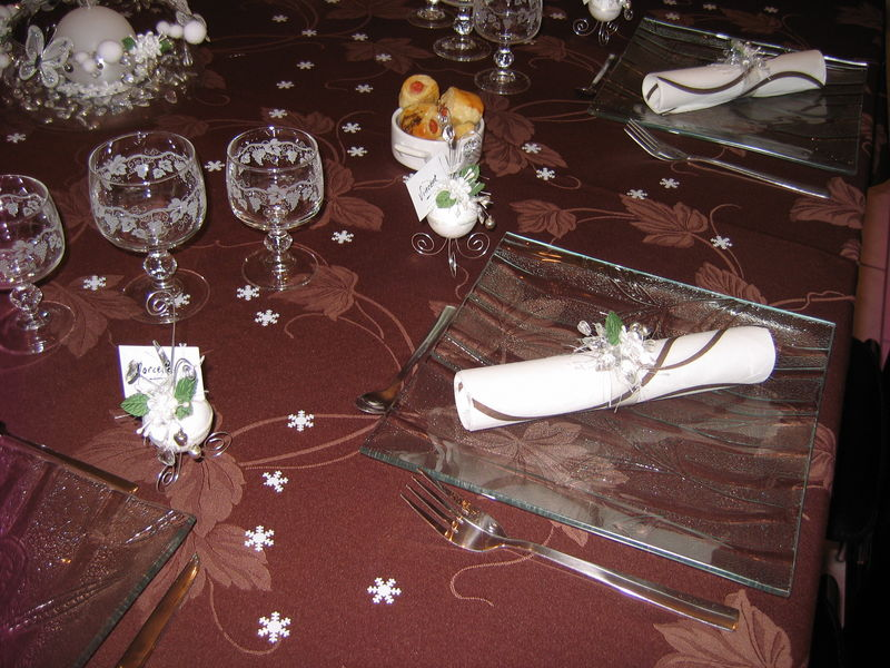 Table de no l marron et blanc les cr ations d co de for Table de noel argent et blanc