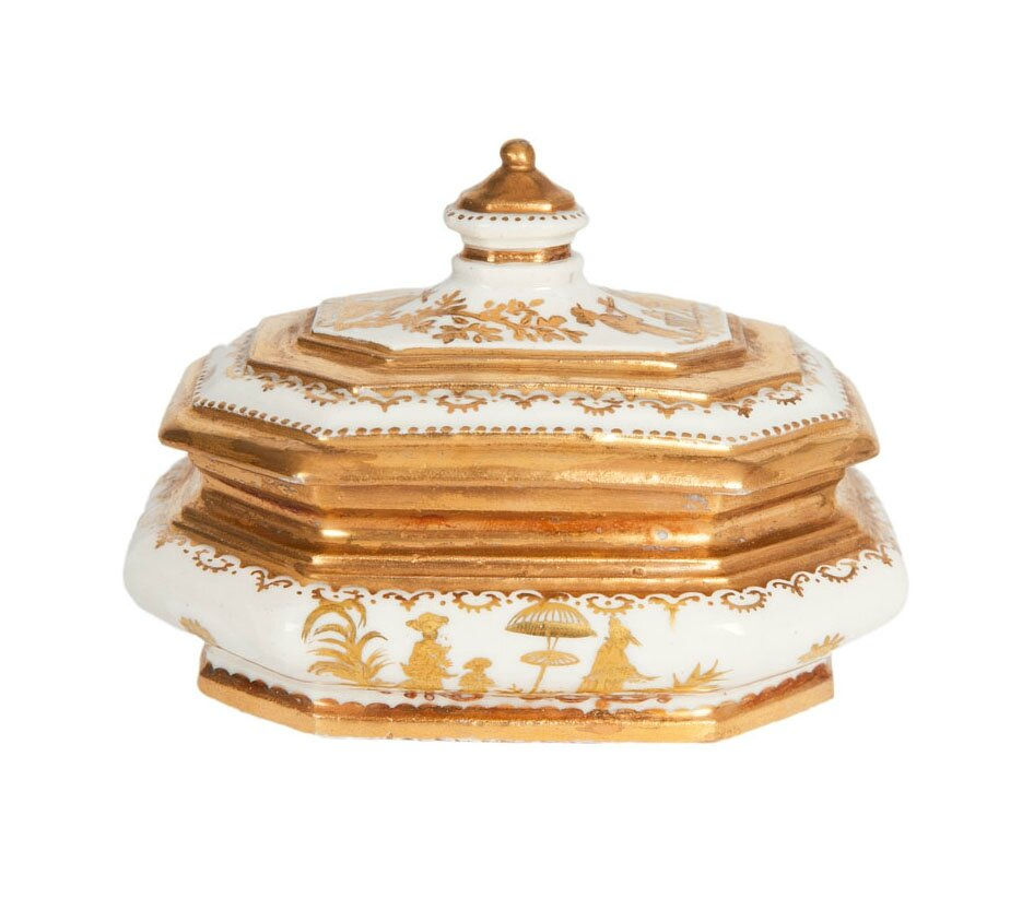 A rare Böttger sugar-box with gold chinoiseries from Meissen, the painting by the Seuter workshop, Augsburg, around 1725