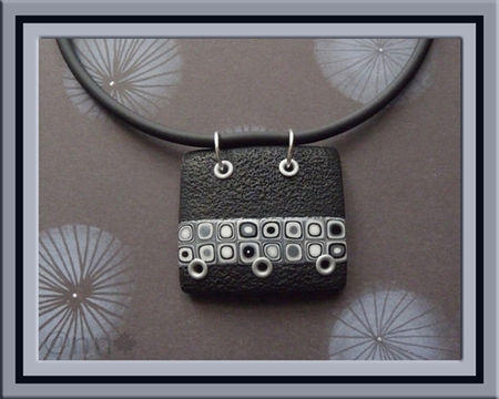 Collier_rectangle_noir__bande_multi_avec_rivets_gris