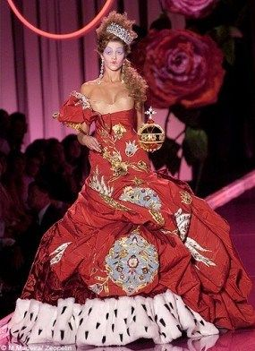 Mode_dossier_exposition_versailles_tendance_histoire_Maison_Christian_Dior_robe_rouge_galerie_principal