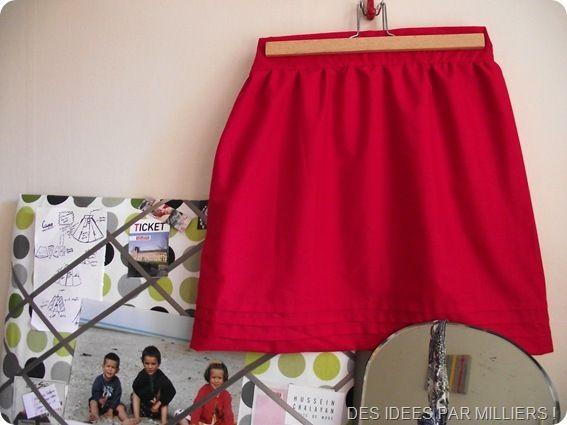 Jupe rouge avec des plis religieuses 02
