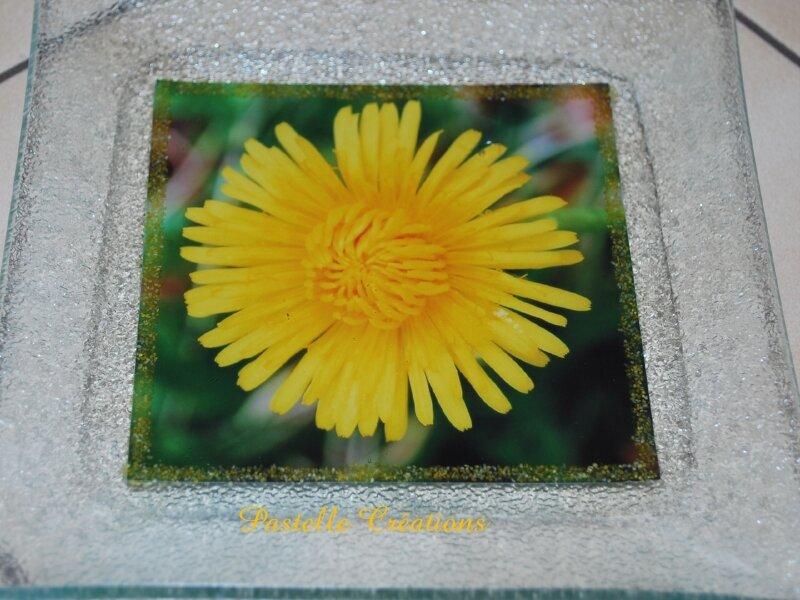 Une petite assiette décorée avec une photo et de la résine