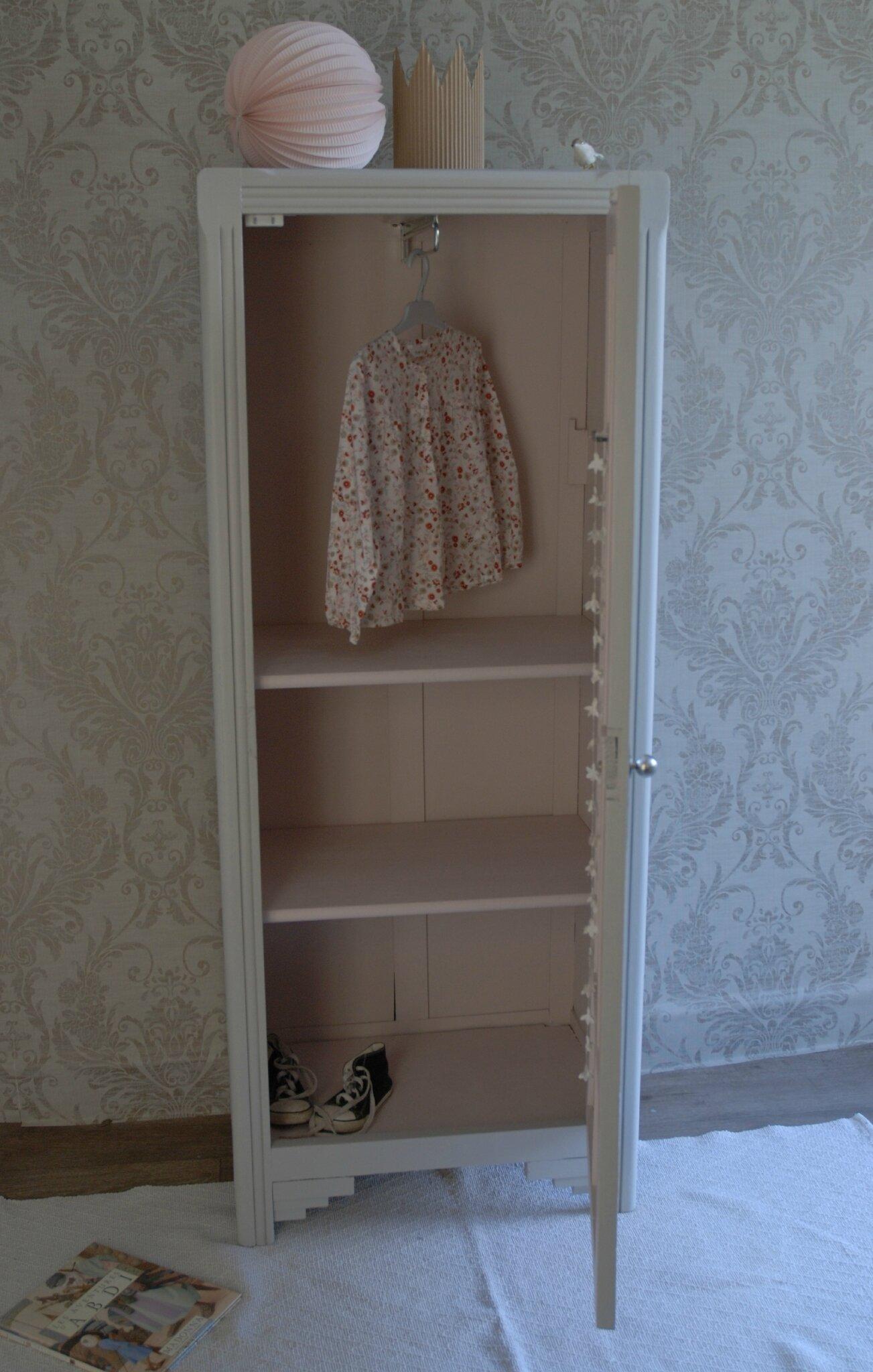 petite armoire gris sable vendue atelier vintage. Black Bedroom Furniture Sets. Home Design Ideas
