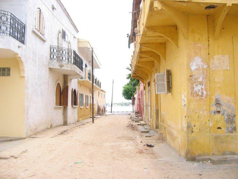 Une rue de la vieille ville de Saint Louis du Sénégal