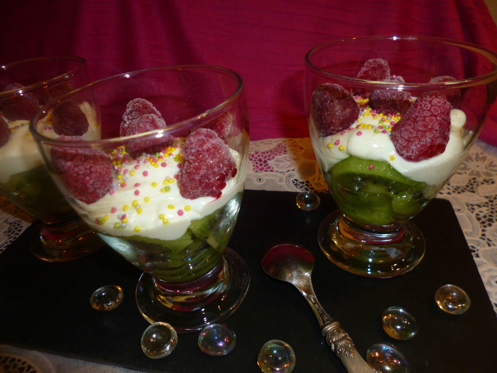 Verrines aux fruits et petit suisse dessert rapide et for Dessert aux fruits en verrine