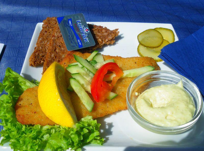Spécialité danoise le smorrbrod (pain de seigle danois tartiné de beurre)
