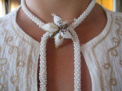 Collier crocheté blanc papillon