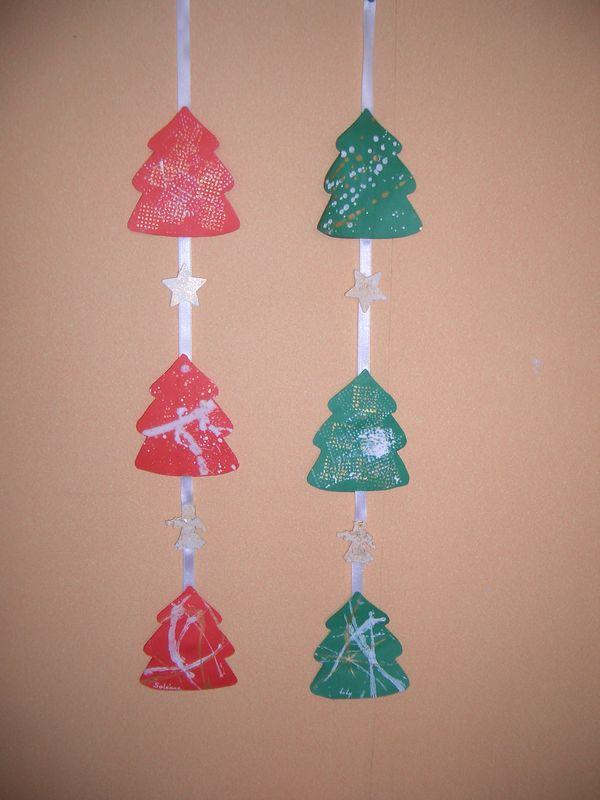 Suspensions de sapins petite section photo de les cadeaux de no l fabriqu s par les enfants for Bricolage guirlande de noel