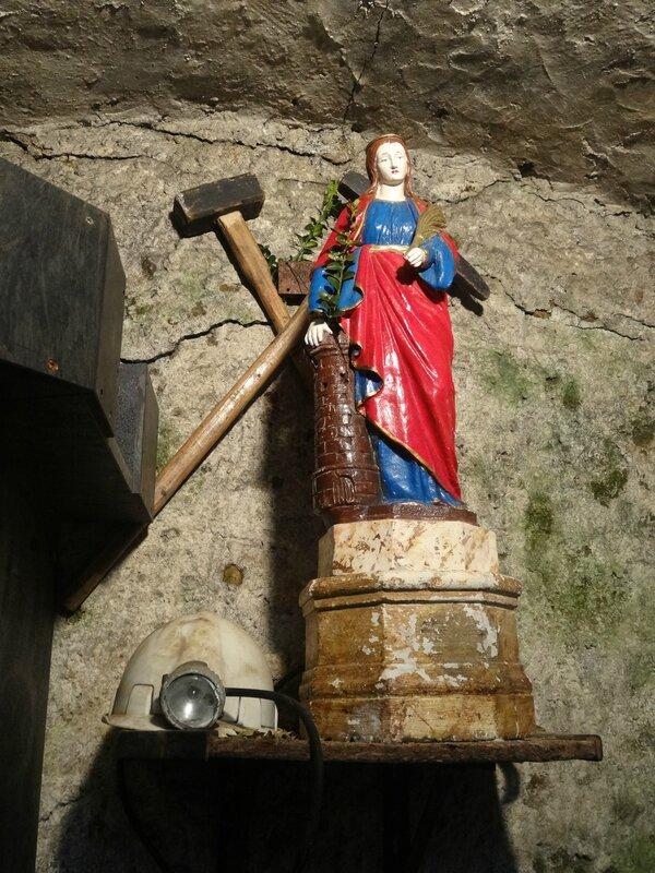 statue de Sainte Barbe, à l'entrée de la mine