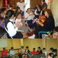 La Sagrada Familia con la tía Margarita y el circulo de niños en la Lautaro