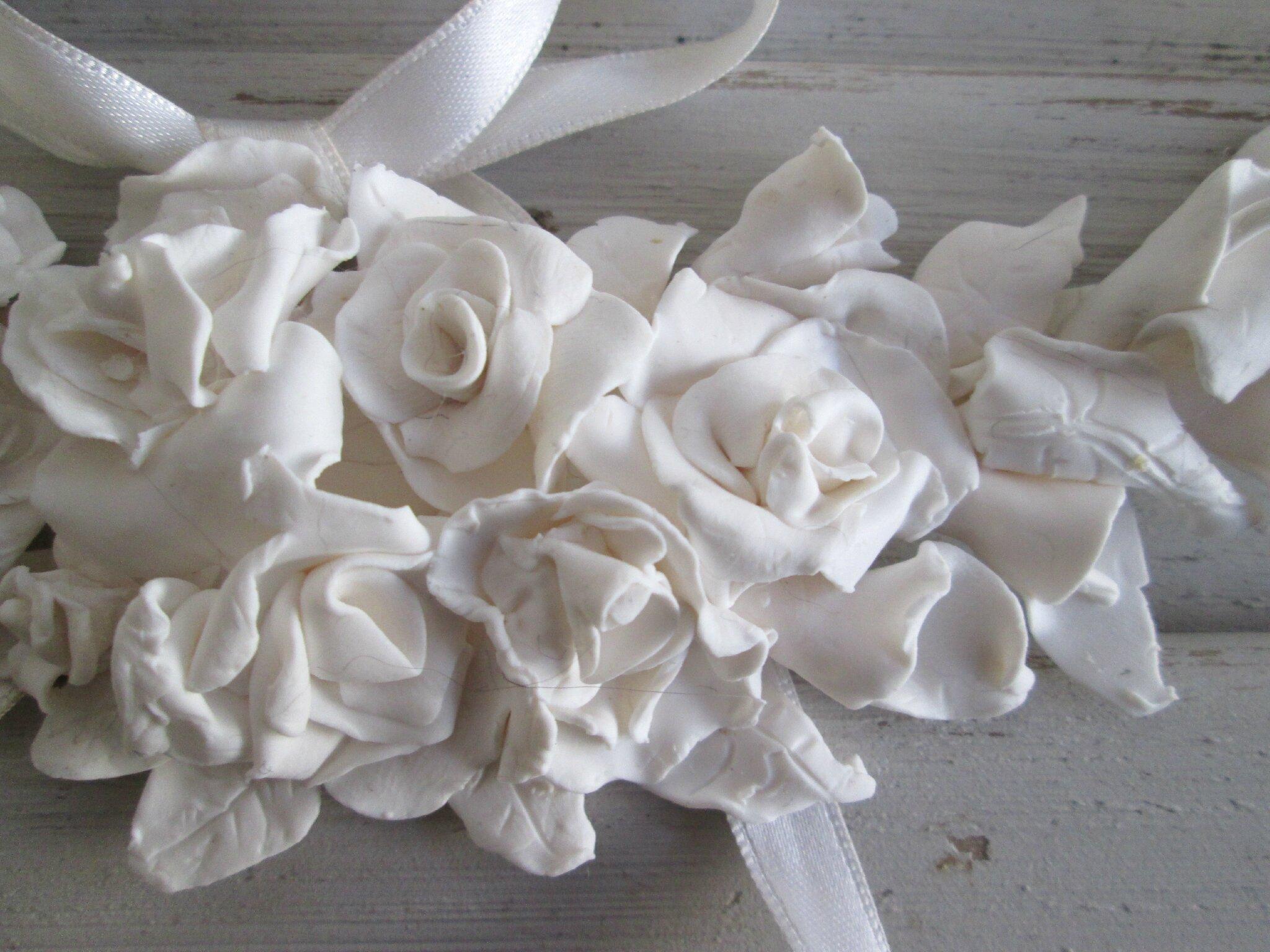 Guirlande de roses, arums et rubans