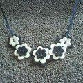 collier fleur noir et blanc