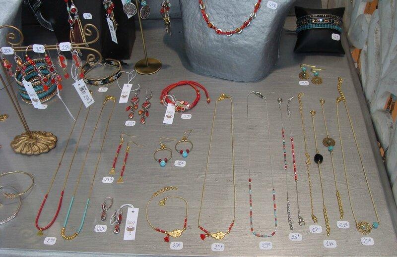 gros plan vitrine bijoux perles miyukis